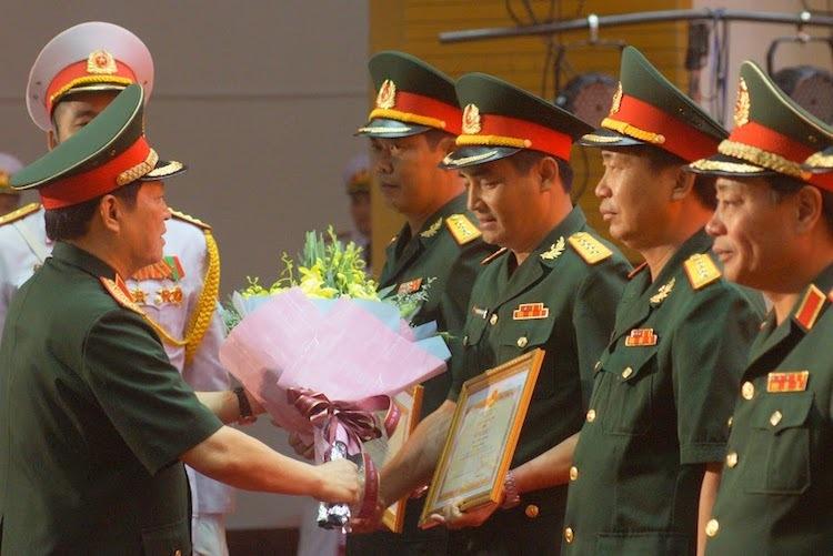 Bộ trưởng Quốc phòng trao bằng khen cho 5 tập thể xuất sắc. Ảnh: HT