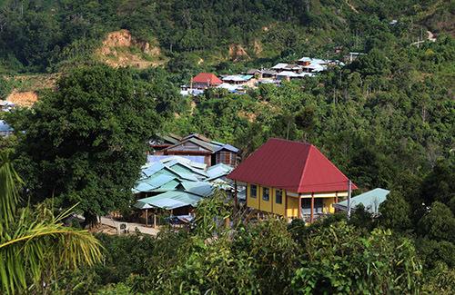 Một ngôi làng của dân tộc Giẻ Triêng, xã Phước Thành ẩn mình giữ núi rừng. Ảnh: Đắc Thành.