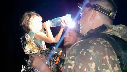 Zarina Avgonin uống nước khi được các nhân viên cứu hộ tìm thấy trong rừngở tỉnhNizhny Novgorod, phía tây Nga,. Ảnh: East2west news