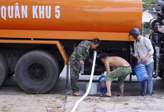 Xe quân đội ở Đà Nẵng chở nước giúp dân