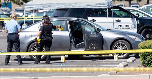 Cảnh sát điều tra tại hiện trường vụ giết người ở đại học California State Fullerton. Ảnh: Orange County Register