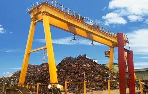 Cổng trục trong nhà máy luyện thép Hòa Phát – sản phẩm của Công ty cổ phần kết cấu thép và thiết bị nâng Việt Nam (Vinalift).