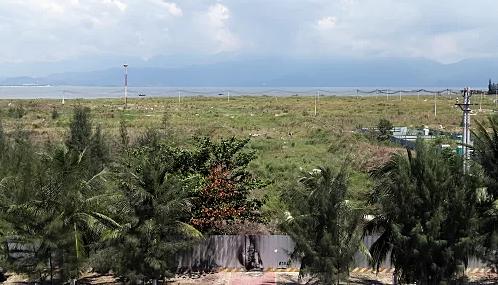 Nhiều diện tích của dự án đang để hoang cho cỏ mọc. Ảnh: Nguyễn Đông.