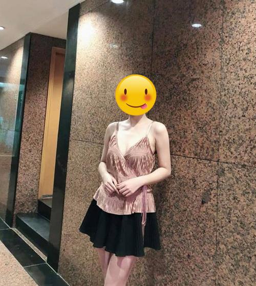 Chiếc áo được người mẫu mặc đẹp lung linh.
