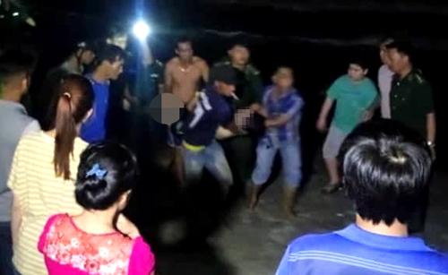 Các nạn nhân được tìm thấy trong đêm, bàn giao cho gia đình đưa về quê an táng. Ảnh: Tư Huynh