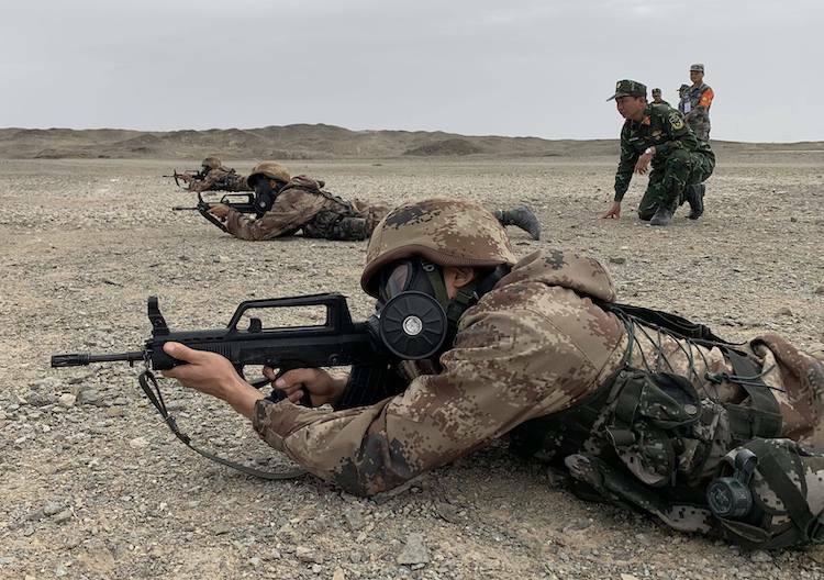 Các thành viên đội tuyển Việt Nam tập bắn súng tại thao trường Army Games 2019.