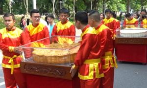 Hàng trăm người rước cặp bánh trung thu 300 kg