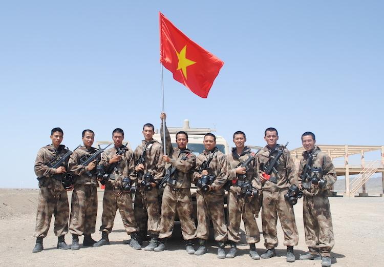 Các thành viên của ba kíp xetrinh sát thực hiện nhiệm vụ Môi trường an toàn của đội tuyển Hoá học Việt Nam ở căn cứKorla thuộc Quân khu Tân Cương, Trung Quốc. Ảnh: Trung Kiên