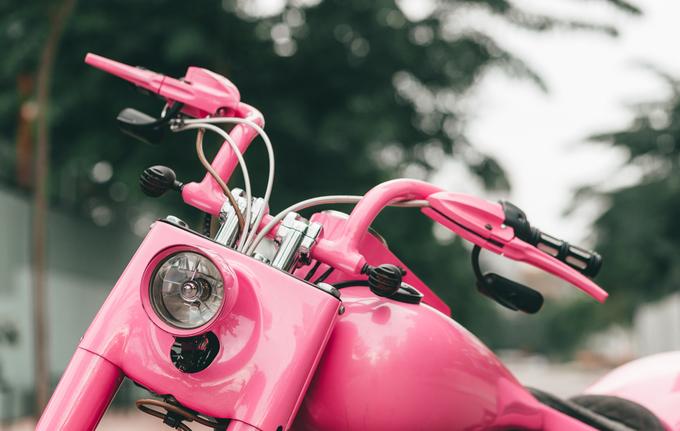Harley-Davidson Softail độ màu hồng của tay chơi Sài Gòn