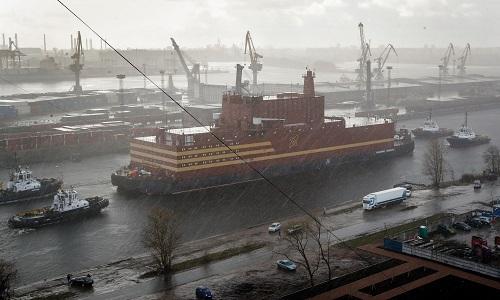 Nhà máy điện hạt nhân nổi Akademik Lomonosov được kéo ra khỏi xưởng đóng tàu St. Petersburg vào ngày 28/4/2018. Ảnh: AP.