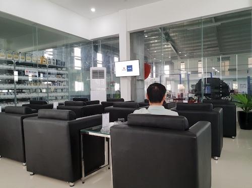 Kho phụ trùng với lớp kính trong suốt ngay cạnh phòng chờ khách hàng.