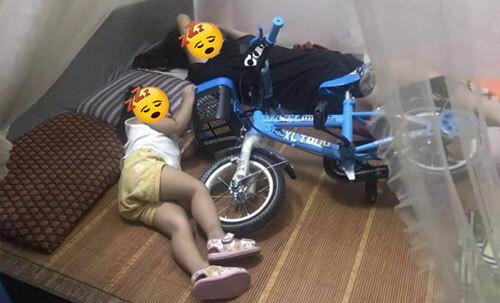 Ngủ vẫn không quên nắm chặt chiếc xe mới.
