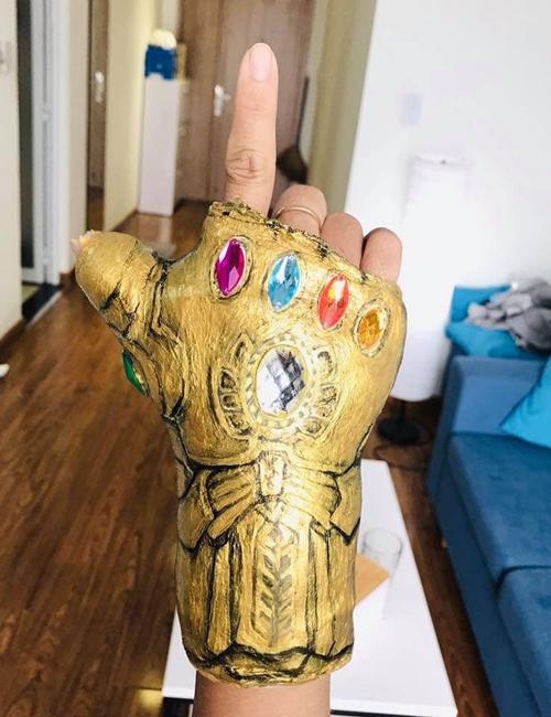 Bàn tay bó bột bỗng trở thành Găng tay Vô cực của Thanos.