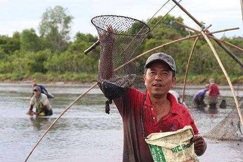 Người dân vui mừng hô to khi bắt được cá. Ảnh: Hoàng Táo