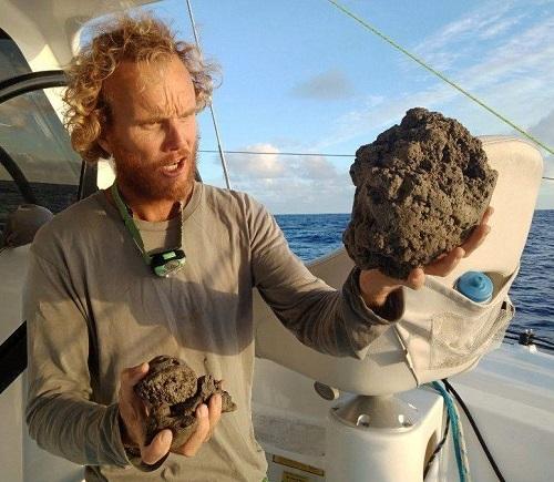Michael Hoult quan sát những viên đá bọt. Ảnh: CNN.