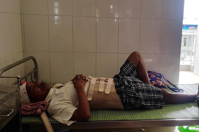 Công nhân Nguyễn Phước Nam đang điều trị tại bệnh viện. Ảnh:Hà Thương