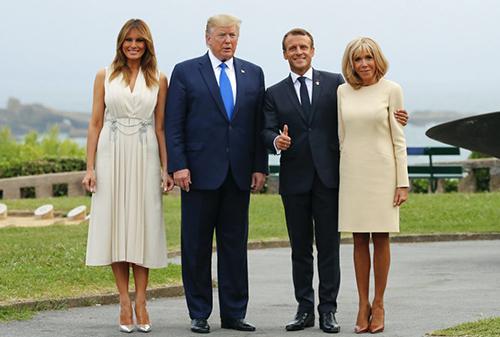 Bà Melania mặc  váy màu kem của Gucci tạibữa tối cùng Tổng thống Pháp Emmanuel Macron và phu nhân hôm 24/8. Ảnh: AFP