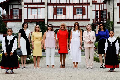 Bà Melania (thứ ba từ phải sang) cùng các phu nhân G7 thăm một ngôi làng Pháp hôm 25/8. Ảnh: AFP