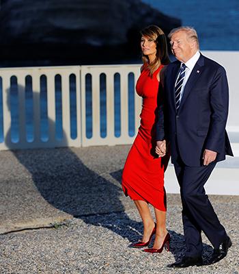 Bà Melania sánh bước bên chồng trong bộ váy của Alexander McQueen hôm 25/8. Ảnh: AFP