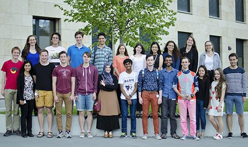 Phương Nghi (thứ 4 từ phải sang, hàng trên) chụp cùng bạn bè quốc tế trong đợt thực tập tại Áo. Ảnh: Nhân vật cung cấp