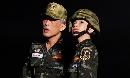Vua Rama X (trái) và bà Sineenat mặc quân phục trong ảnh được công bố hôm nay. Ảnh: AFP.
