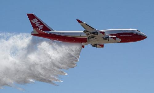 Chiếc SuperTanker biểu diễn thả nước chữa cháy tại Mỹ. Ảnh: Airliners.