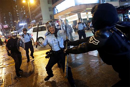 Người biểu tình đụng độ với cảnh sát tại Tsuen Wa, Hong Kong,hôm 25/8. Ảnh: Reuters.