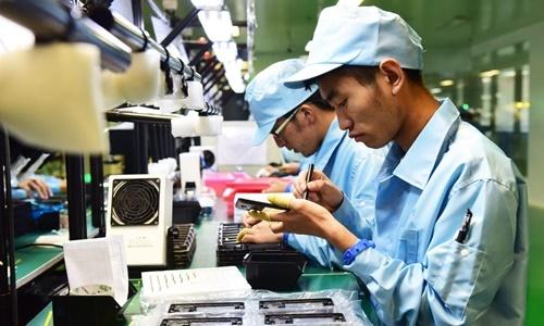 Các công nhân tại một nhà máy sản xuất điện thoại của Trung Quốc. Ảnh: VCG.