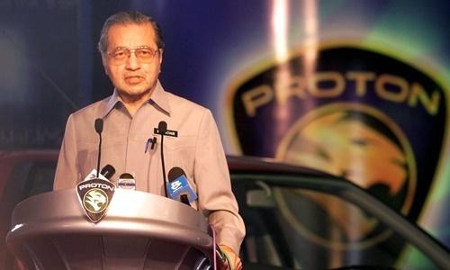 Thủ tướng Malaysia Mahathir Mohamad trong lễ ra mắt một dòng xe của hãng Proton hồi năm 2002. Ảnh: Star Online.