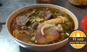 Xếp hàng ăn bún bò quán không tên ở Sài Gòn