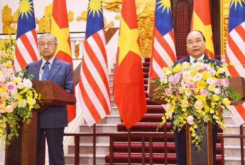 Thủ tướng Việt Nam Nguyễn Xuân Phúc, phải, và Thủ tướng Malaysia tại họp báo sáng nay. Ảnh: Giang Huy.