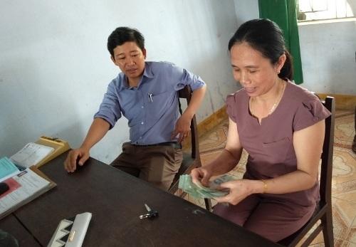 Thầy giáo Chi trả lại 20 triệu đồng cho chị Lài. Ảnh: Quảng Thái
