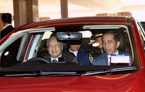 Thủ tướng Malaysia Mahathir (trái) lái chiếc Proton Persona chở Tổng thống Indonesia Widodo chiều 9/8. Ảnh: Twitter.