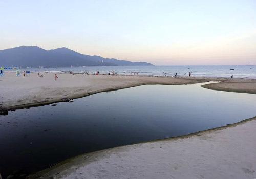Một cửa xả để nước thải tràn ra biển gần bãi biển ở quận Sơn Trà. Ảnh: Nguyễn Đông.