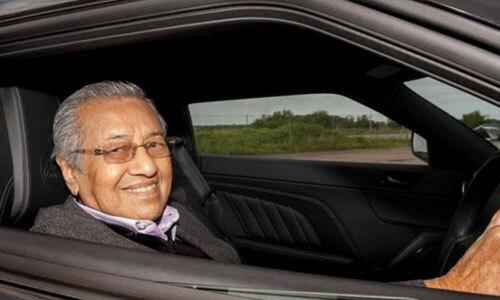 Ông Mahathir lái thử một chiếc xeLotus Evora 400 năm 2015. Ảnh: motorn