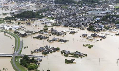 Nhà cửa ở Takeo, tỉnh Saga, ngập trong nước mưa hôm 28/8. Ảnh: Reuters.