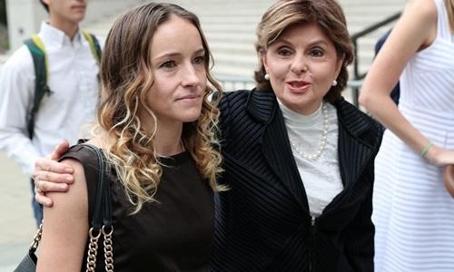 Luật sư Gloria Allred (phải), đại diện cho các nạn nhân của Jeffrey Epstein, động viên một phụ nữ tại phiên tòa ngày 27/8. Ảnh: SCMP.