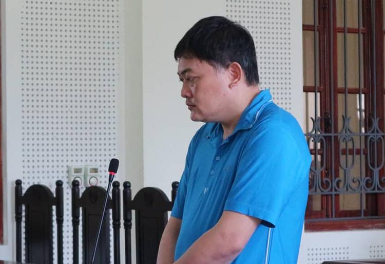 Bị cáo Hòa nghe tòa tuyên án.