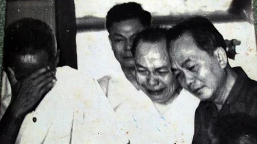 Đại tướng Võ Nguyên Giáo và lãnh đạo Đảng, Nhà nước bật khóc khi Chủ tịch Hồ Chí Minh qua đời. Ảnh tư liệu