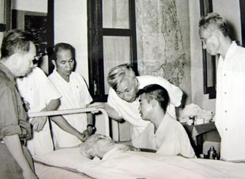 Lãnh đạo Đảng, Nhà nước thăm Chủ tịch Hồ Chí Minh năm 1969. Ảnh tư liệu