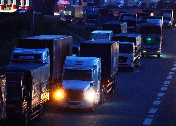 Nhiều xe khác phải giảm tốc độ vì lo ngại các xe dừng đỗ khu vực này. Ảnh: Hoàng Nam