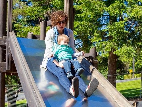 Phụ huynh không nên đặt con lên đùi khi chơi cầu trượt. Ảnh: Depositphotos