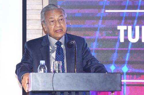 Thủ tướng Malaysia Mahathir trong cuộc trao đổi với sinh viên FPT sáng nay tại KCNC Hòa Lạc. Ảnh: Giang Huy.