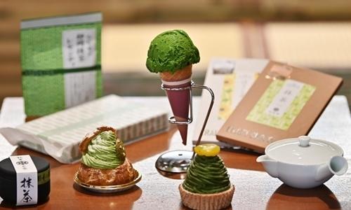Các sản phẩm làm từ matcha trưng bày trong một tiệm trà ở Fujieda, tỉnh Shizuoka, hôm 16/5. Ảnh: AFP.