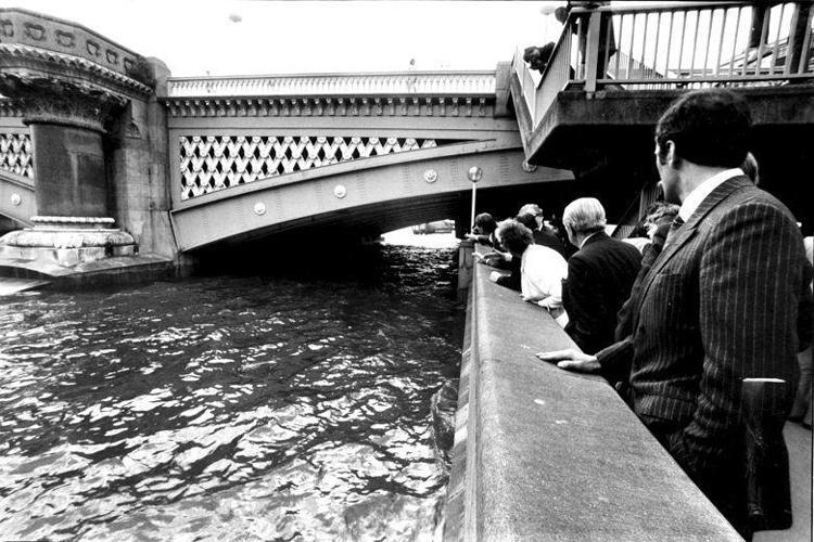 Thủy triều dâng lên gần chạm gầm cầu Blackfriars, nơi thi thể được tìm thấy. Ảnh: Retrocon.