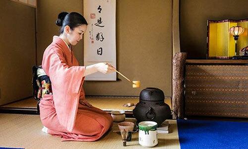 Một cô gái thực hiện nghi thức pha trà truyền thống của Nhật. Ảnh: Reddit.