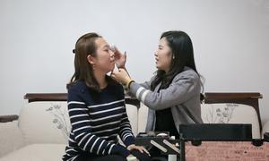 Cô gái khiếm thị Trung Quốc làm chuyên gia trang điểm