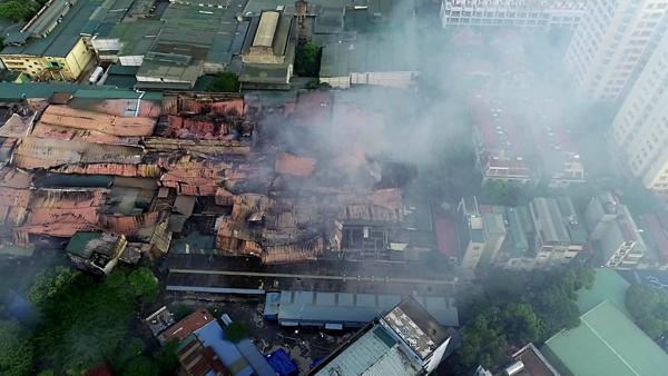 Sau nửa ngày được dập tắt, khói bụi từ đám cháy vẫn bao phủ một vùng. Ảnh: Ngọc Thành.