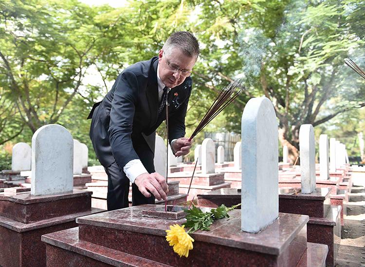 Đại sứ Mỹ Daniel Kritenbrink thắp hương tại Nghĩa trang liệt sĩ quốc gia Trường Sơn. Ảnh: Đại sứ quán Mỹ.