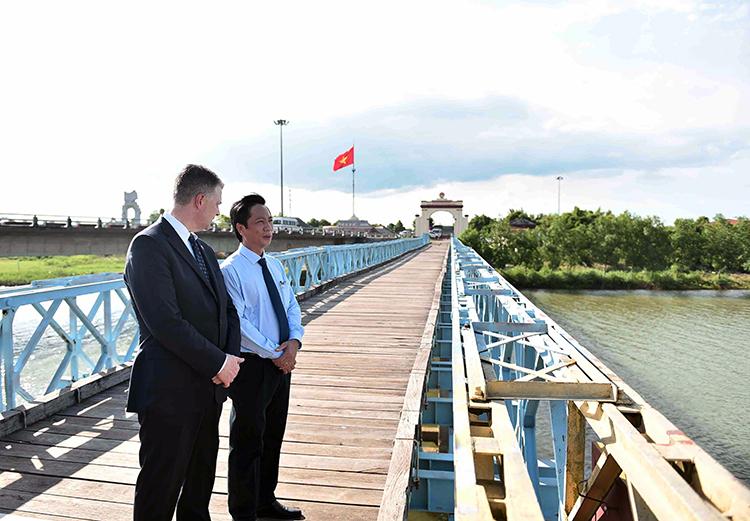 Đại sứ Daniel Kritenbrink đứng trò chuyện với Phó chủ tịch tỉnh Quảng Trị Hoàng Nam. Ảnh: Đại sứ quán Mỹ.